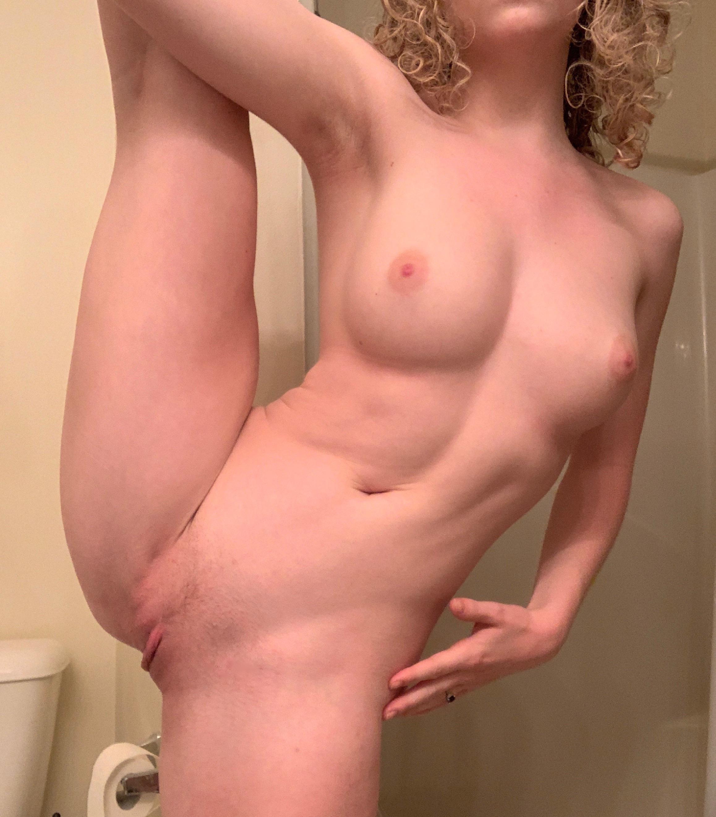 Блондинка с торчащими сосками в уборной
