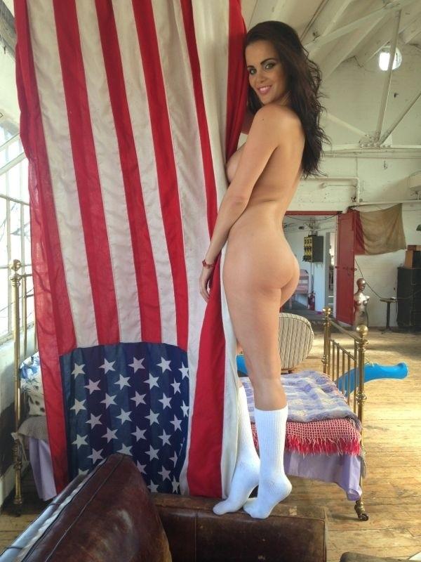 Обнаженная Эмма Гловер в одних гольфах позирует с флагом США