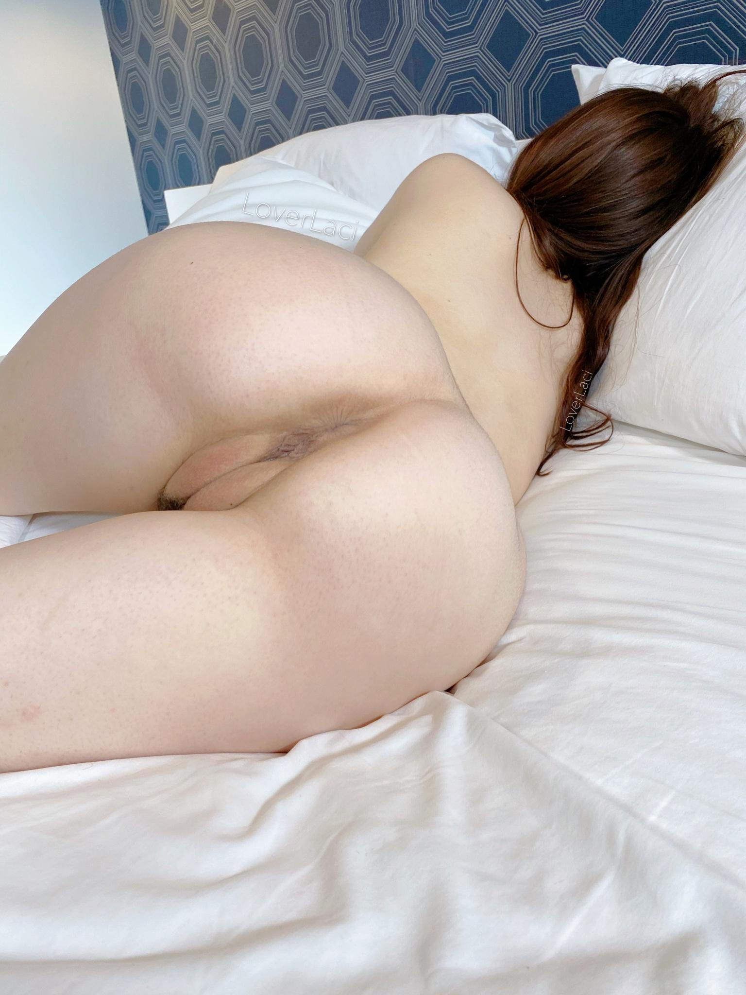 Голые на кровати